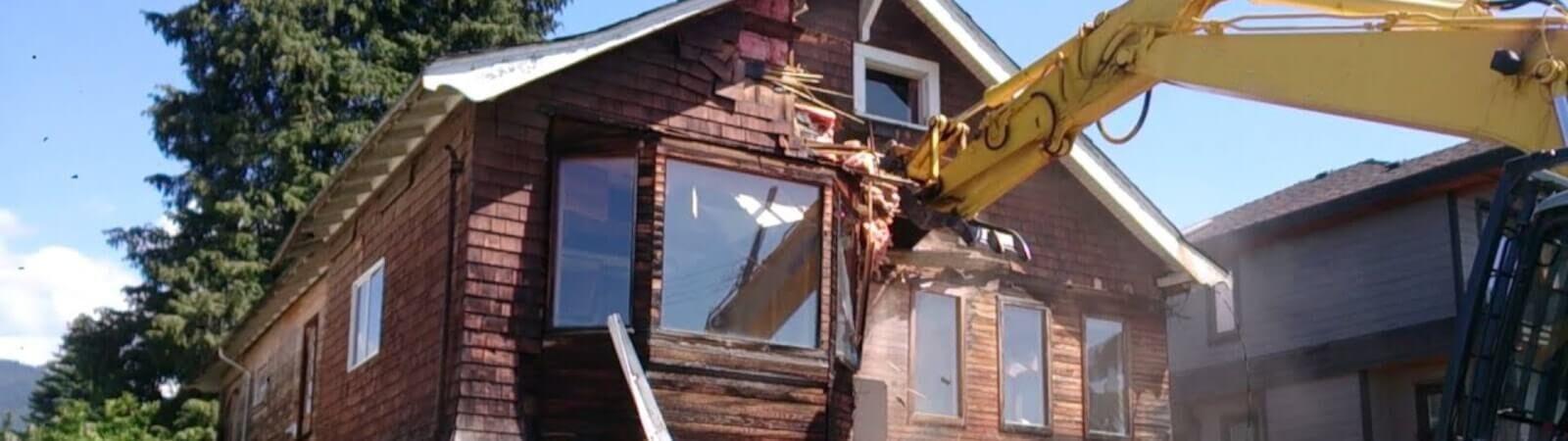 Снос старого дома: как правильно избавиться от ненужного хлама