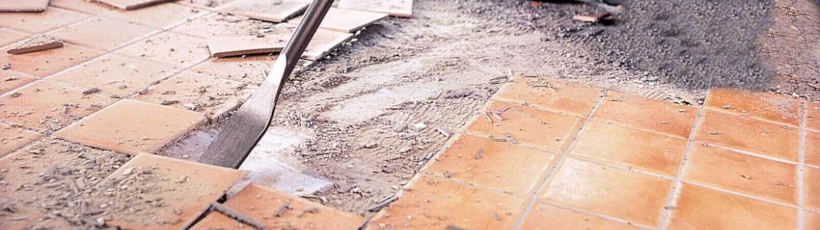 Демонтаж старой плитки со стены